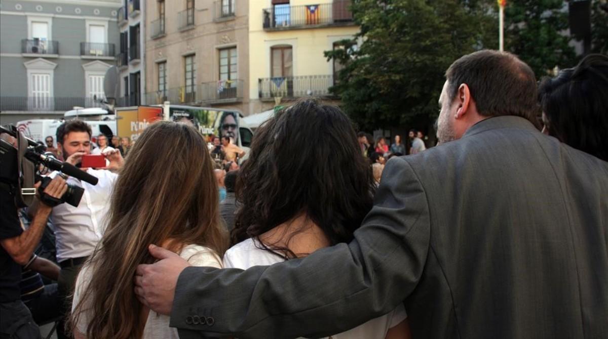 Rufián hace una foto a Junqueras con unas asistentes al mitin de ERC en Igualada.