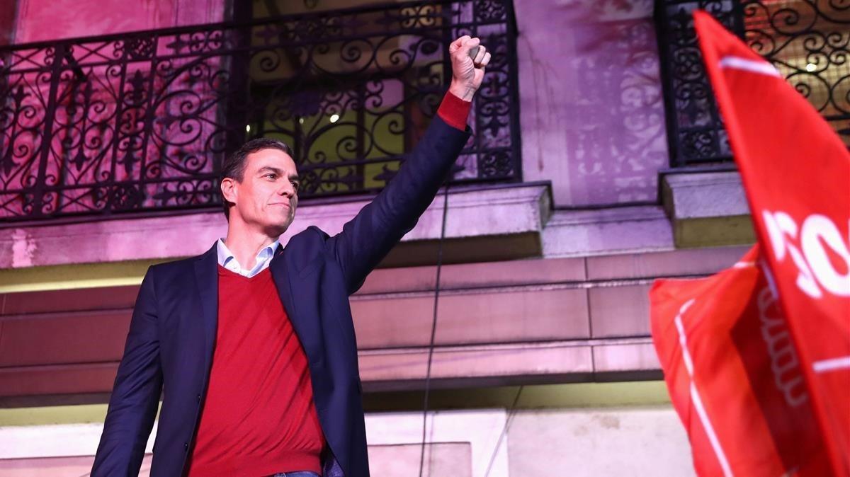 Sánchez se dirige a sus simpatizantes tras conocer los resultados electorales, desde la sede del PSOE, en Madrid.