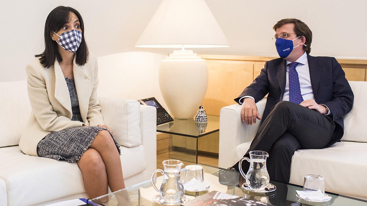 El alcalde de Madrid, José Luis Martínez-Almeida, se reúne con la delegada del Gobierno en Madrid, Mercedes González, en el Palacio de Cibeles
