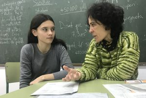 Natalia comenta las notas con una de sus alumnas del Institut Bellvitge, el viernes.