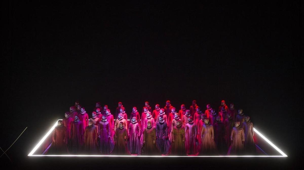 El coro en la moderna escenografía de Michael Levine. Un espacio cerrado y delimitado donde todos son prisioneros.