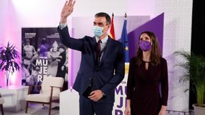 El presidente del Gobierno, Pedro Sánchez, y la ministra de Igualdad, Irene Montero, antes de presidir este lunes en la sede del Ministerio de Igualdad el acto institucional con motivo del 8 de marzo