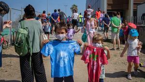 Un grupo de niños, tras participar en el casal de verano de la Mar Bella, en Barcelona.