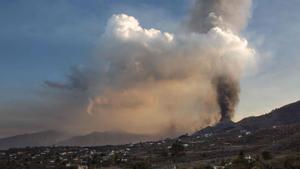 El volcán Cumbre Vieja es visto desde Los Llanos de Aridane en la isla canaria de La Palma.