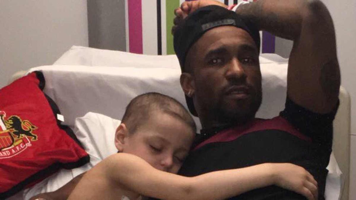 El pequeño Bradley se quedó dormido abrazado a Jermain Defoe.