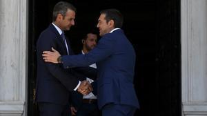 Saludo entre Kryriakos Mitsotakis y Alexis Tsipras.