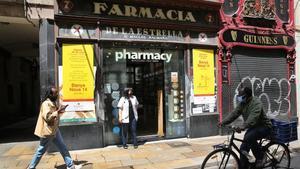 Farmacia de la Estrella, con el cartel donde anuncia el traslado de su actividad.