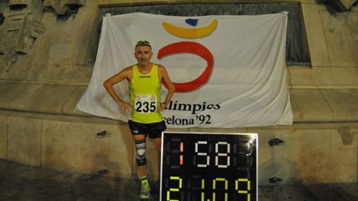 Javi Conde, después de completar su medio maratón por los alrededores del monumento de Colón.
