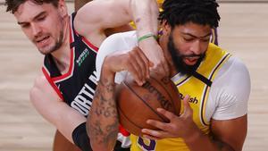 Mario Hezonja pelea con Anthony Davis por el balón en un partido frente a los Lakers