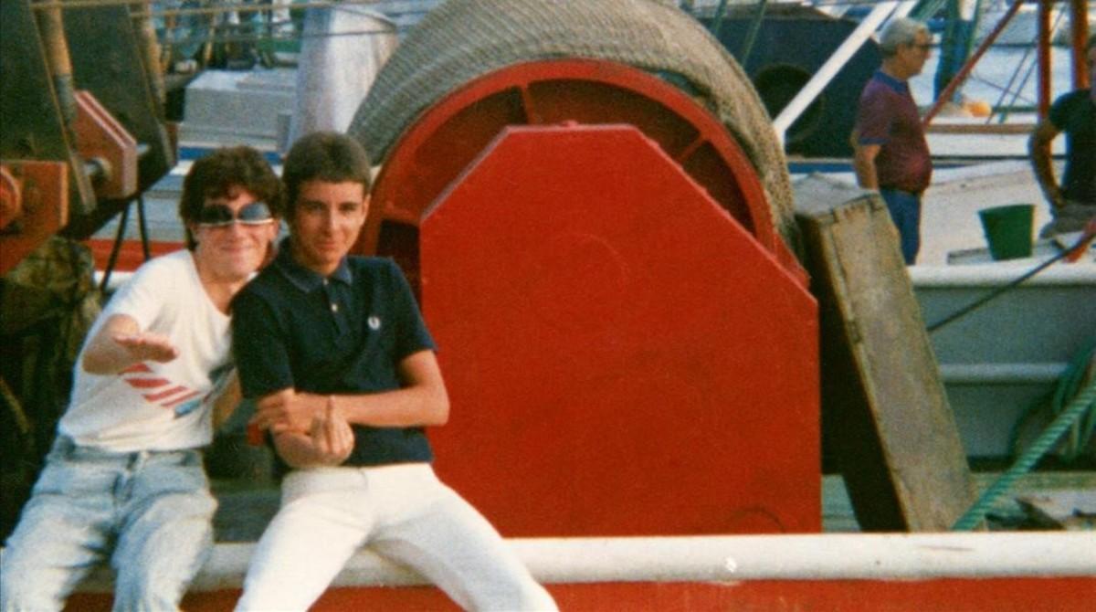 Aprendiendo a insultar con el dedo corazón: mi amigo Polo y yo en algún pueblo de la Costa Brava, en 1986.
