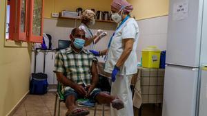 Vacunación de una persona sin hogar en la Fundació Arrels de Barcelona.
