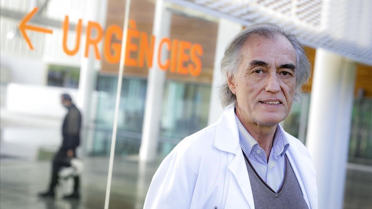 Josep Maria Puig, secretario general de Metges de Catalunya, en el Hospital del Mar de Barcelona.
