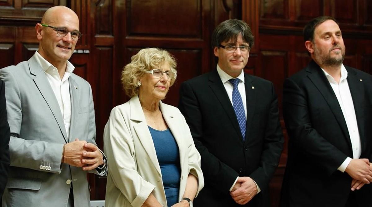 De izquierda a derecha, Romeva, Carmena, Puigdemont y Junqueras, el lunes 22 en Madrid.