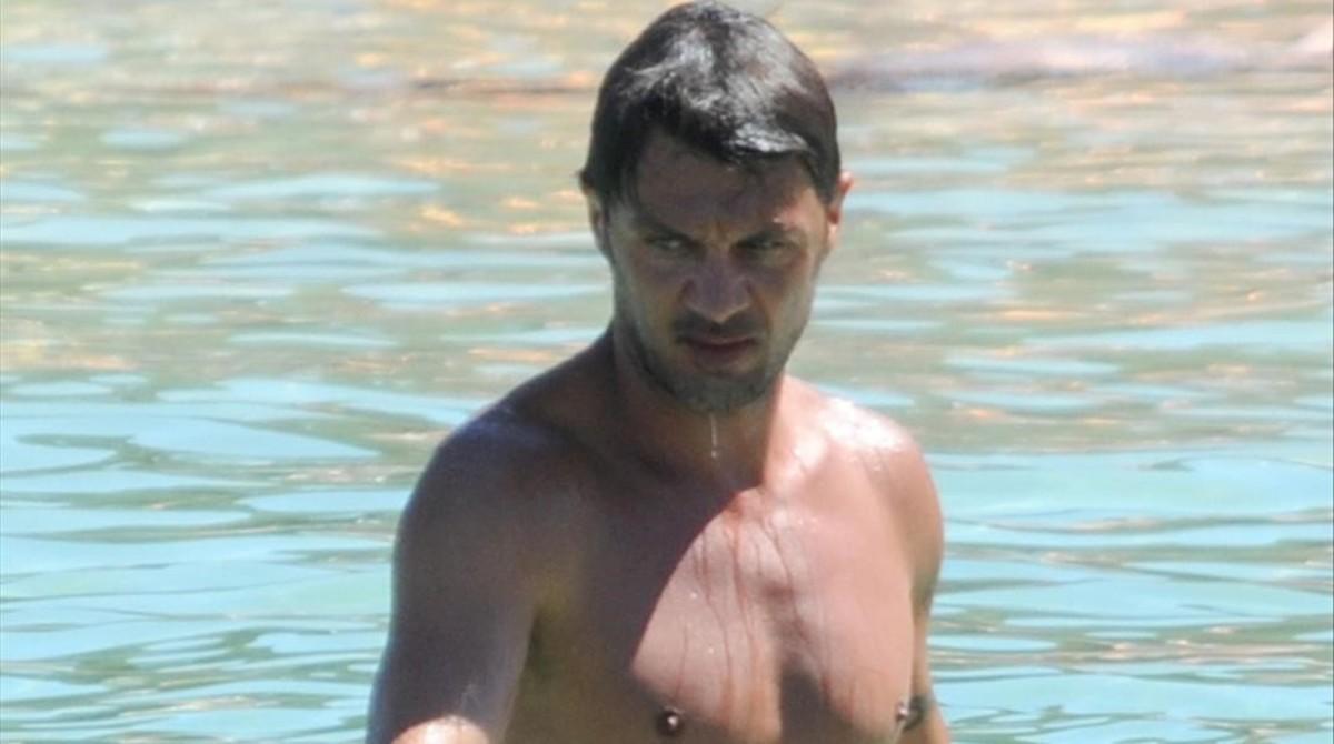 Paolo Maldini presume de forma física en las playas de Eivissa.