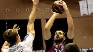 Mirotic lanza a canasta defendido por Brodziansky.