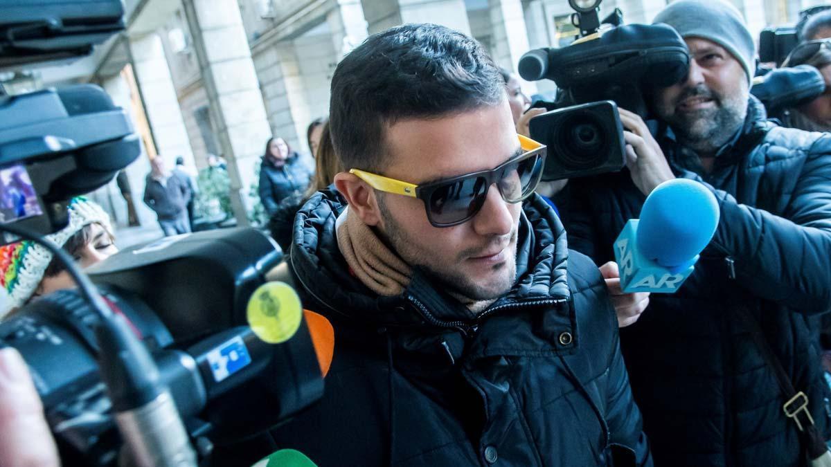 Ángel Boza, de 'la Manada', sale de los juzgados de Sevilla, el día en el que el Tribunal Superior de Justicia de Navarra ha confirmado la condena de 9 años de prisión a cada uno de los cinco miembros del grupo.