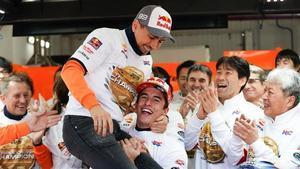 Marc Márquez celebra con Jorge Lorenzo la conquista del título de escuderias y su despedida.