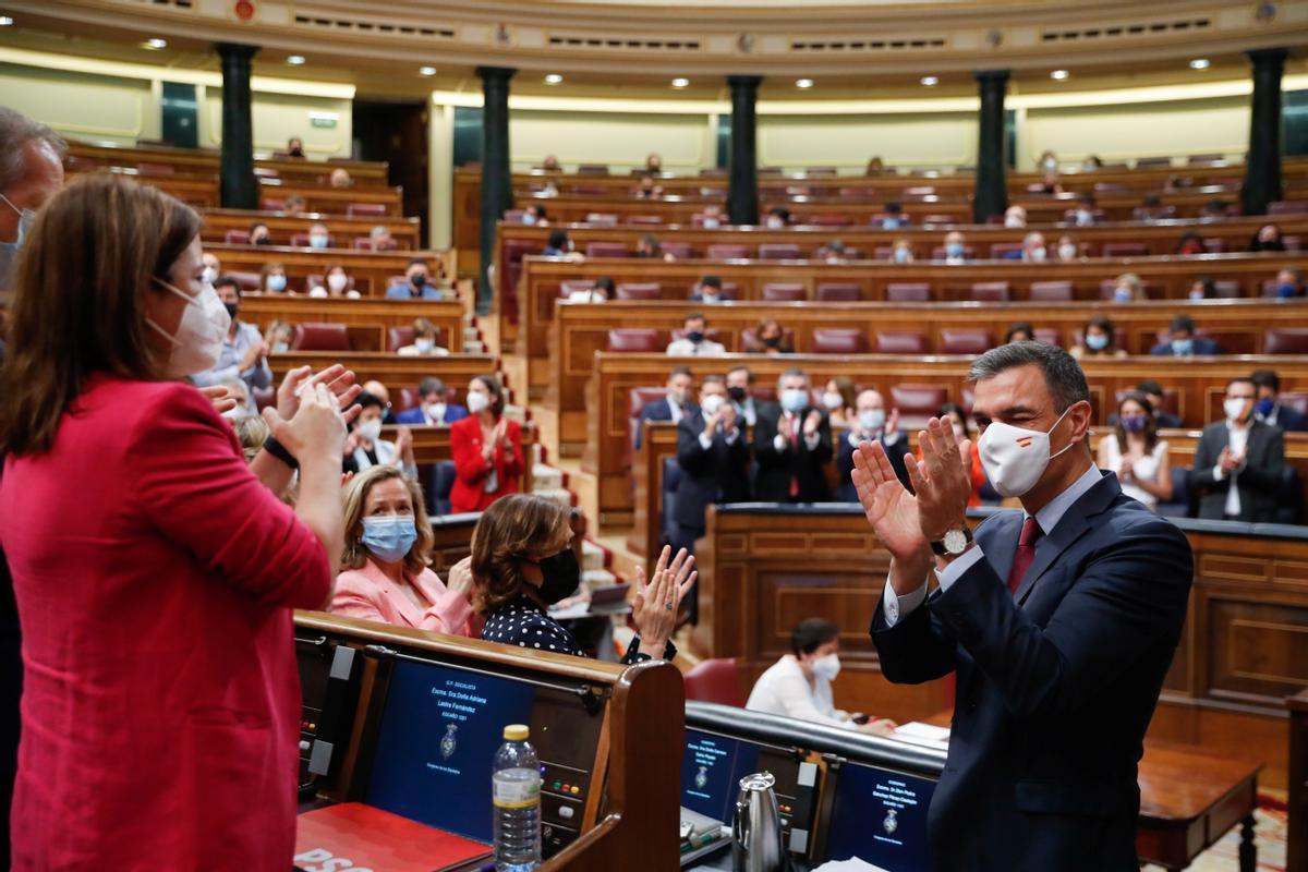 El presidente del Gobierno, Pedro Sánchez, se suma al aplauso de la bancada socialista tras su discurso en defensa de los indultos, este 30 de junio en el Congreso.