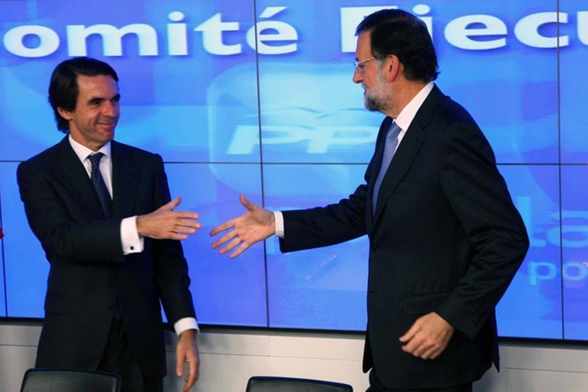 Aznar y Rajoy se saludan al inicio de la ejecutiva popular.