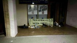 Bolsas de basura dejadas por los CDR frente a la sede del PDECat en Balaguer.