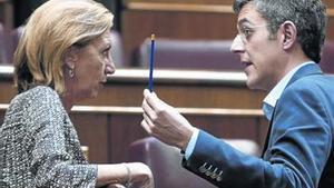 Rosa Díez conversa con el socialista Eduardo Madina, ayer durante el pleno del Congreso.