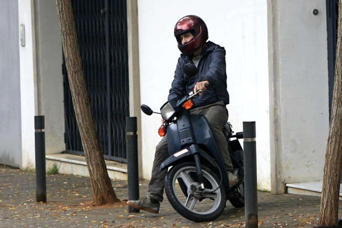 Oleguer Pujol sale esta mañana de su domicilio, en la calle de Teodor Roviralta.