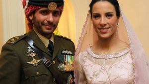 El príncipe Hamza y su esposa, Basma Otoum, posan durante su boda en el palacio real de Amán en enero de 2012.
