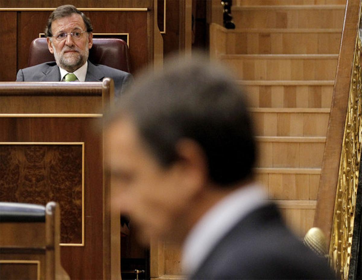 Rajoy observa a Zapatero desde su escaño, ayer, en el Congreso. (JOSÉ LUIS ROCA)