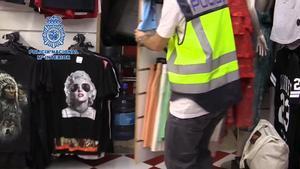Desmantelados 17 bazares que producían y vendían falsificaciones en Lloret de Mar.