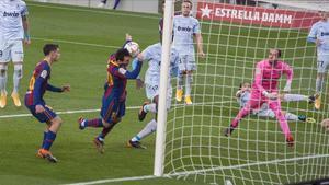 Barcelona  19 12 2020   Deportes         Messi anota de cabeza e iguala el record de goles de Pele con un mismo equipo (643) durante el partido de liga entre el FC Barcelona y el Valencia    Fotografia de Jordi Cotrina