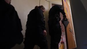 Técnicos de la policía entran en la casa de Haninge donde la madre retenía a su hijo.