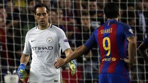 Claudio Bravo saluda a Luis Suárez mientras abandona el terreno de juego tras su expulsión.