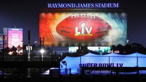 Pruebas de luces en el  Raymond James Stadium de Tampa, donde se celebrará la Super Bowl, este viernes.