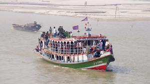 Un barco con pasajeros en el río Padma, en una fotografía de archivo.