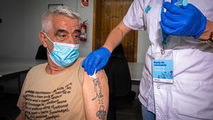 Julián, un hombre sin hogar de 67 años, recibe la vacuna Janssen en el pabellón olímpico de Badalona.