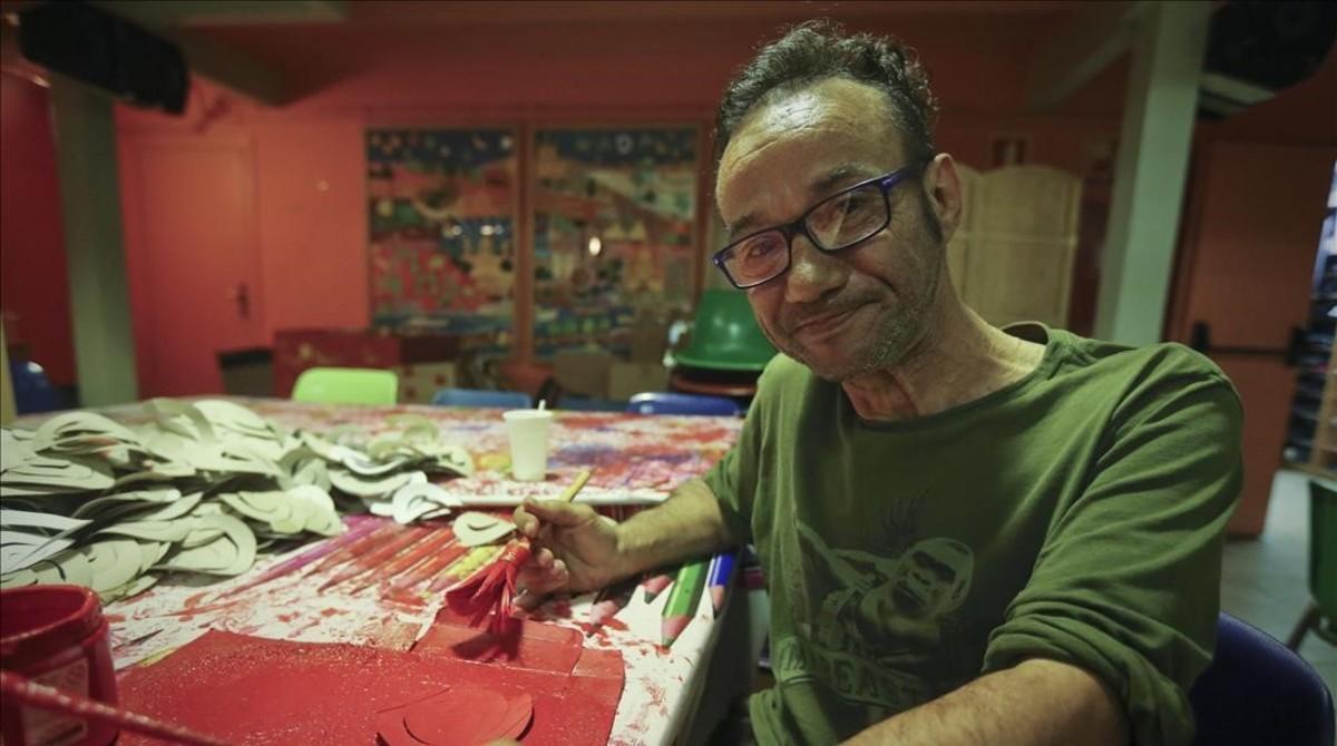 Pedro, un sintecho que ha pasado siete años en las calles de Barcelona, en un taller de la Fundació Arrels.