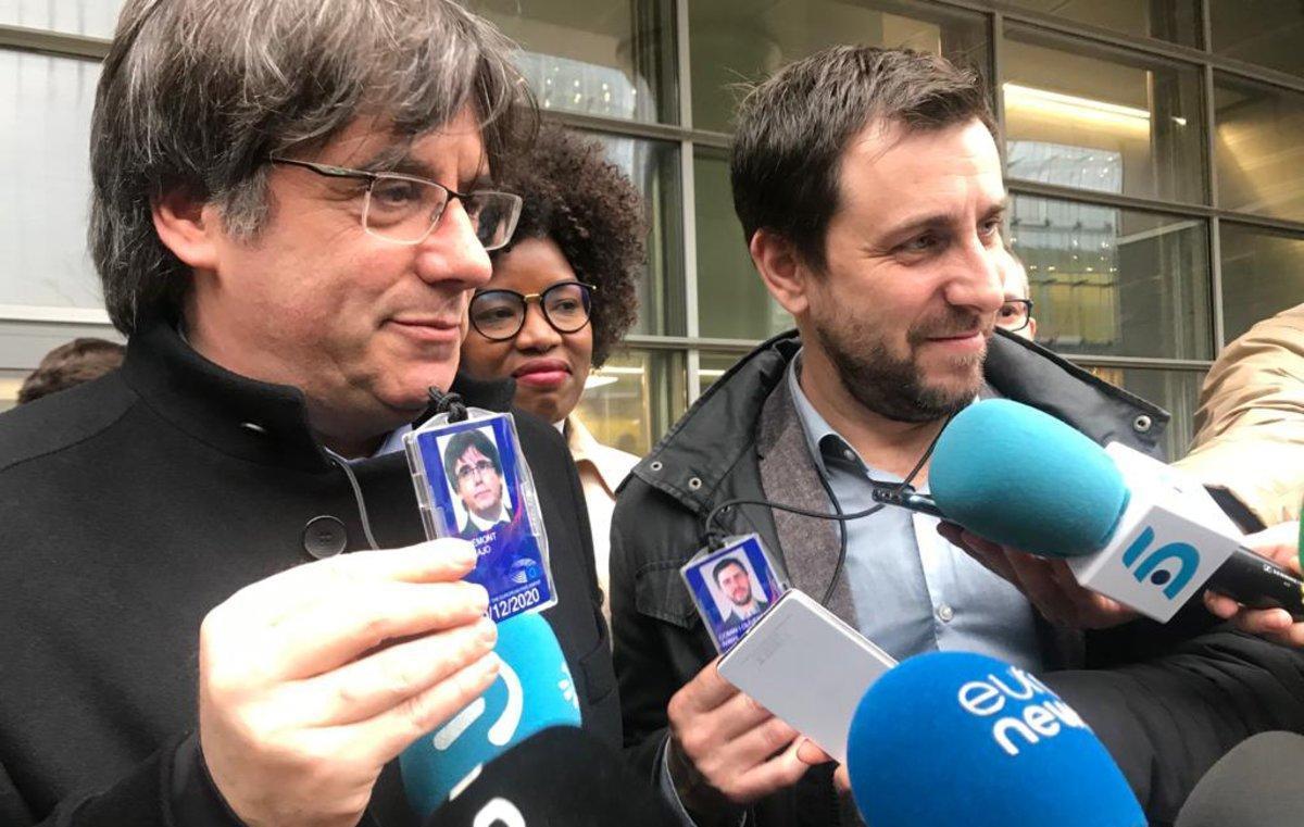 Puigdemont y Comín, con sus acreditaciones en el Parlamento Europeo.