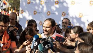 El presidente de Sociedad Civil Catalana, Fernando Sánchez Costa, atiende a los medios de comunicación durante una manifestación unionista.