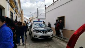 Patrulla de la Guardia Civil ante la vivienda de Posadas en que se ha producido el crimen.