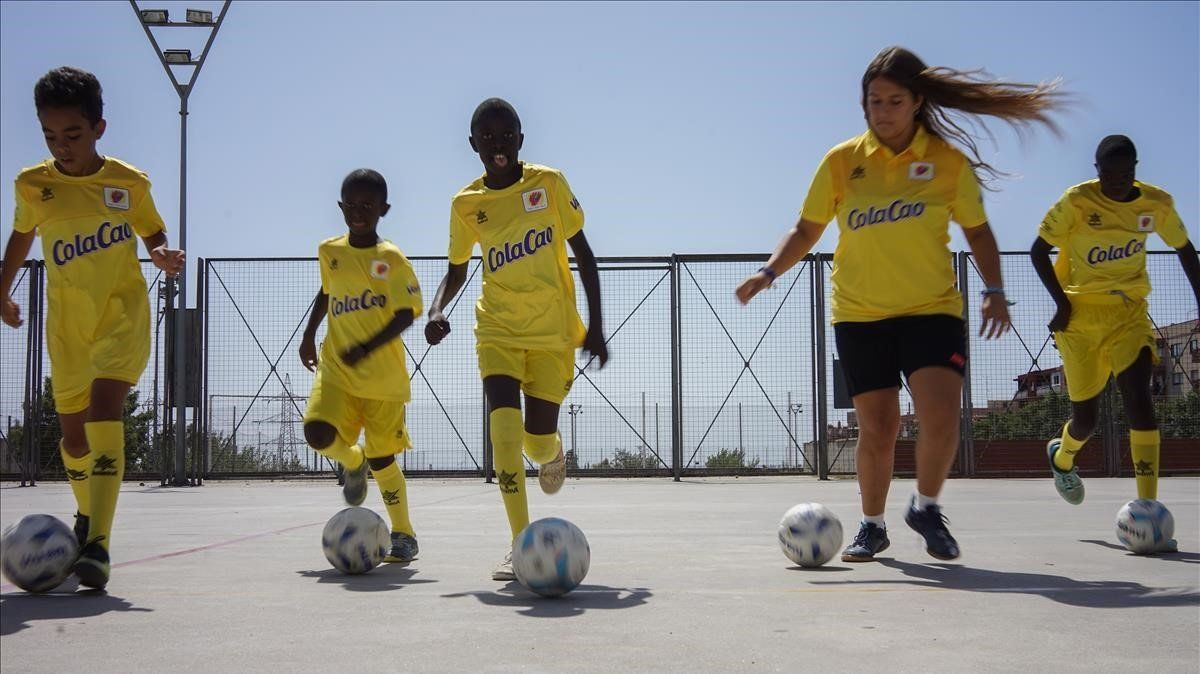 Jugadores del Espai Joäo Martí de Mataró entrenan junto a Ariadna Soria en la pista municipal de Rocafonda.