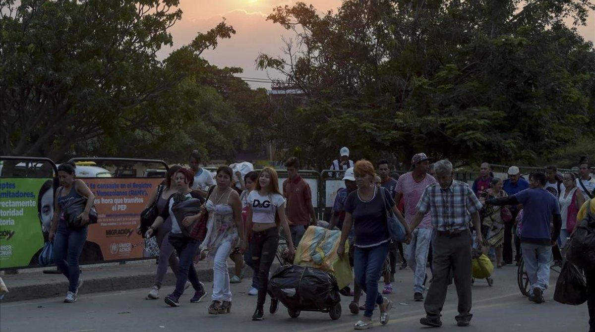 Venezolanos cruzan el puente Simón Bolívar entre Venezuela y Colombia