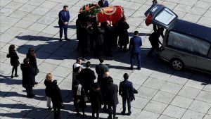 Familiares de Franco traslada el féretro del dictador en el Valle de los Caídos.