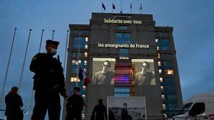 Un retrato del profesor Samuel Paty pryectado en la fachada de un hotel en Montpellier con el lema 'Solidaridad con todos los maestros de Francia'.