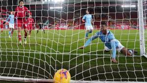 Sterling anota el tercer gol del City en Anfield.