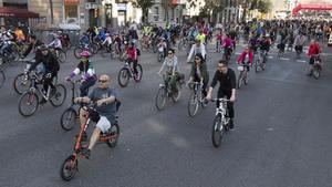 Centenares de ciclistas durante unabicicletada popular.