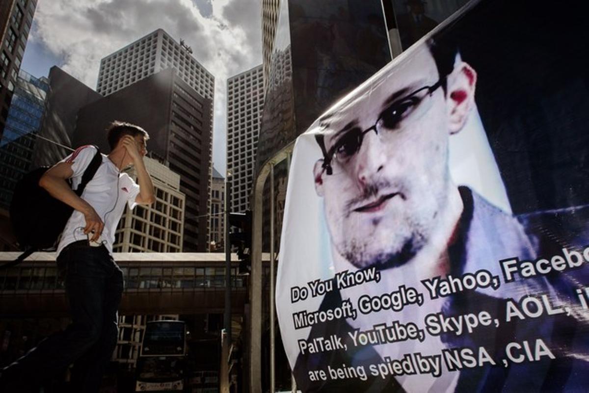 Una valla con la imagen de Snowden en apoyo al extécnico de la CIA en Hong Kong.