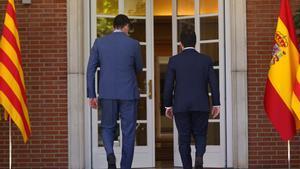 El presidente del Gobierno, Pedro Sánchez, y el 'president', Pere Aragonès, se dirigen a su reunión en la Moncloa el 29 de junio.
