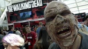 Un zombi promociona el videojuego de la serie de televisión 'The walking dead'.