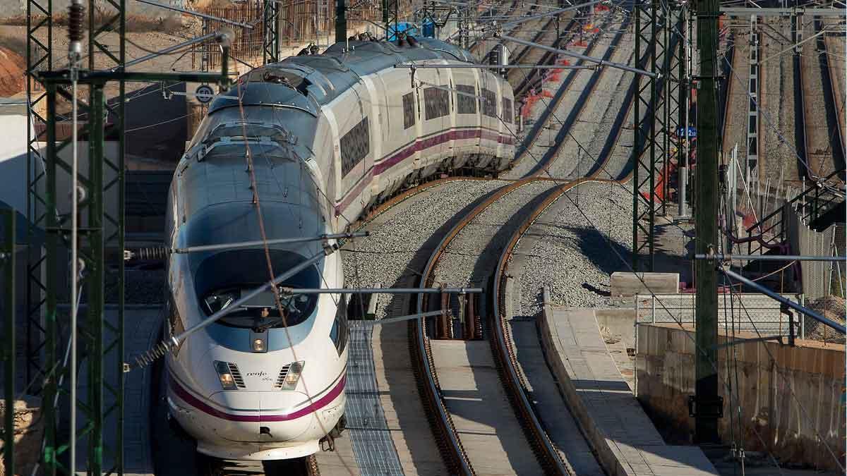 Un AVE procedente de Figueres y en dirección a la estación de Barcelona-Sants.