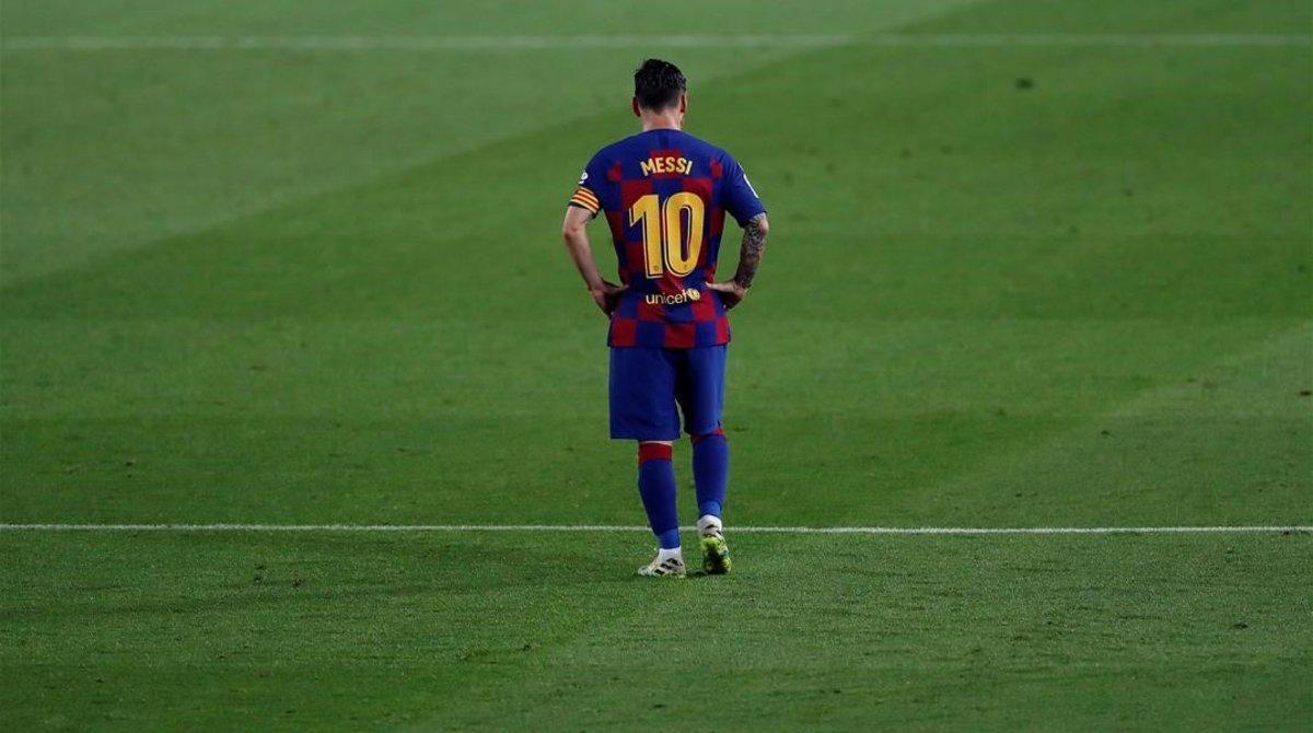 Leo Messi, cabizbajo, anoche, en el Camp Nou.